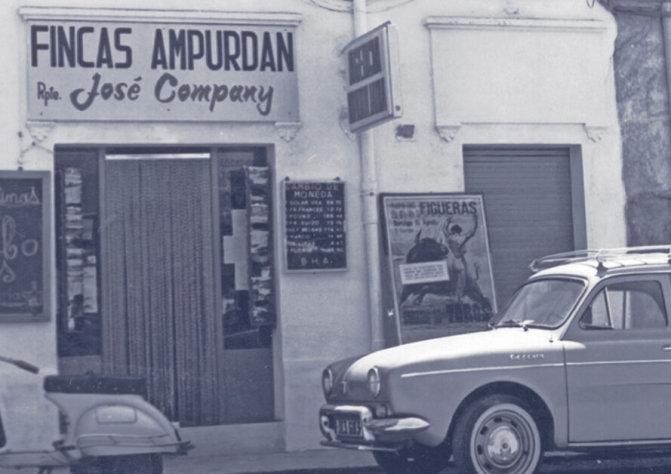 Fotografía antigua de un local comercial con el rótulo Fincas Ampurdan - Rpte. José Company