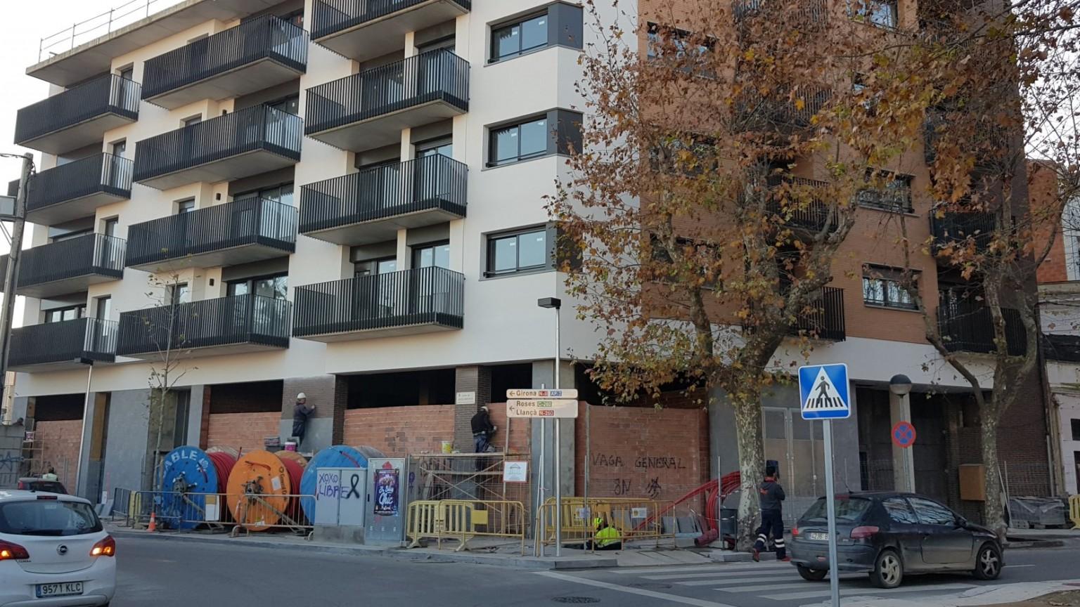 Local céntrico, situado en la Plaça de l'Estació, ideal para oficinas, tiendas. Sup.400m².