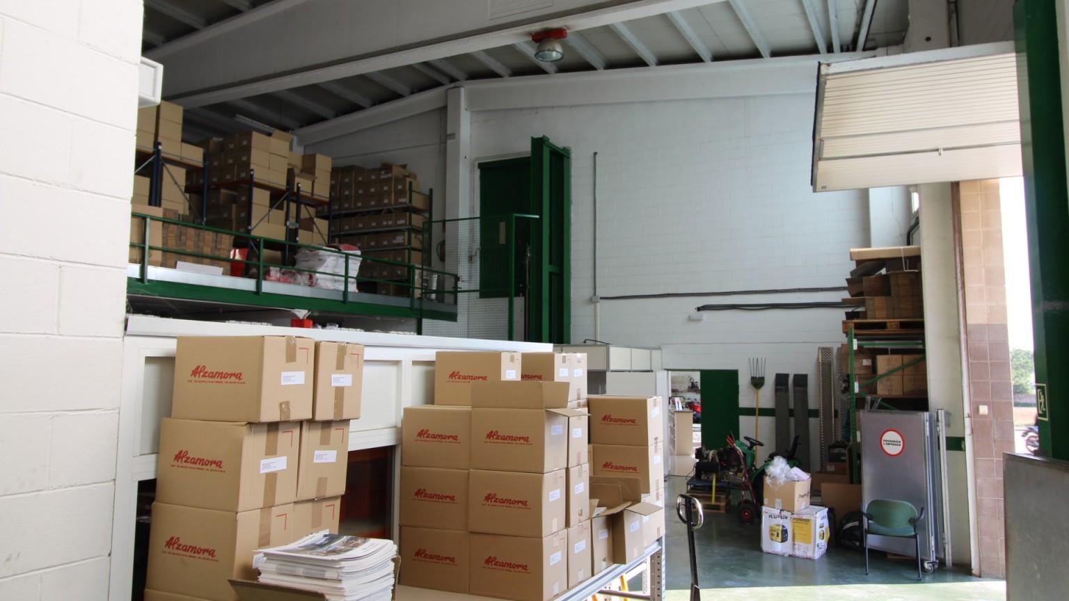 Nave en venta, situada en Vilafant ,almacén, altillo y oficinas. Sup.const. 2.075m².